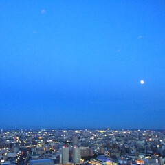 今日の夕暮れ/天気/街灯り/キラキラ/風景 今日の夕暮れ。 月があまりにキレイだった…