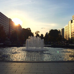 今日の夕暮れ/ビル/札幌大通公園/噴水/冬支度 今日の夕暮れ。 太陽がビルの谷間に落ちて…