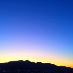今日の夕日/空/山/後光/天気/景色 今日の夕日。 徐々に日の沈む時間が早まっ…