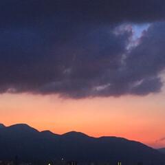 今日の夕日/雲/山/シックなオレンジ色 今日の夕日。 山と雲に隠れて 夕焼けが遠…