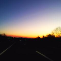 高速道路/夕刻/夕暮れ/会話 夕刻の高速道路。 眩しい夕焼けとは違って…