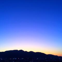 今日の空/山/稜線/天気/風景/雲 今日の空。 雲のない夕暮れは 山の稜線が…