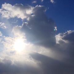 今日の空/太陽/日差し/暖かい/気温は低い 今日の空。 雲の間から覗く太陽。 気温は…