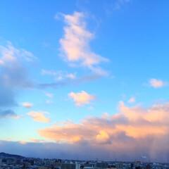 冬の空/夕暮れ時/日の暮れるのが早い 夕暮れ時。西の空の雲がピンク色に染まって…