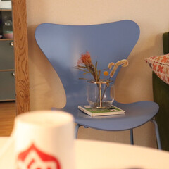 ネスプレッソ コーヒーメーカー イニッシア ルビーレッド C40RE   ネスプレッソ(コーヒーメーカー)を使ったクチコミ「チェアーをインテリアの一部として飾ってそ…」(1枚目)