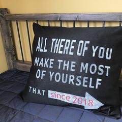 布えのぐ/子供部屋/ベッドDIY/ベッド/ステンシル/クッションカバー/... 三つ折りした布をミシンで縫っただけのクッ…
