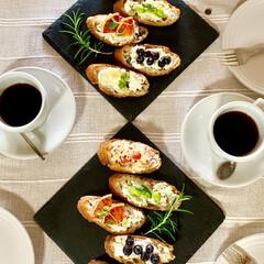 バケット/食べ物/フードフォト/モーニング/朝食/コーヒー/... わたしはパン派🥖いろいろのせて見た目も美…