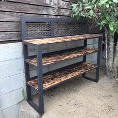防腐塗料/焼き板/多肉棚/DIY 多肉棚制作中💦 焼き板にニス塗って。 雨…