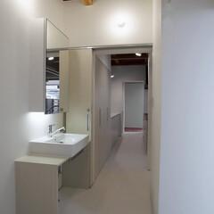 内観/洗面脱衣/水廻り/シンプル <洗面脱衣室からキッチンを望む:33°4…(1枚目)