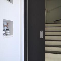 マイホーム/玄関ディスプレイ/リビング階段のある家/リビング階段/階段 玄関で靴を脱いで、リビングへの扉を開けた…