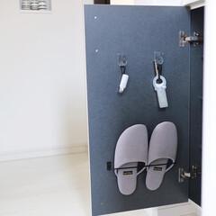 セリア/スリッパ収納/シューズボックス/下駄箱収納/靴の収納/DIY/... 下駄箱の扉裏を有効活用! スリッパ収納を…