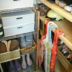 スッキリ収納/玄関収納/梅雨/住まい/玄関/収納 我が家の狭い玄関収納。 長靴はラックの下…