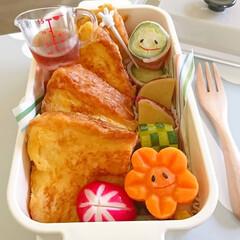 食パン/ディッシュ/ボローニャ/キャラ弁/デコ弁/計量カップ/... おはようございます(^^) 今日のお弁当…