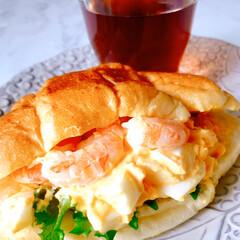 お家ご飯/卵と海老のサンド/ランチ/スタミナ丼/夏に向けて/スタミナご飯/... お昼は、家でまったりランチ 簡単に卵とエ…
