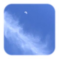 朝方の空/青空と月と雲/空/雲/月/暮らし おはようございます☀  真っ青な青空が広…