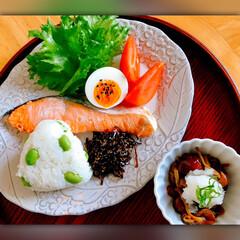 くらし/一日の始まり/朝ごはん/和ご飯 ゆっくりの朝ごはんです。 鮭は定番、なめ…