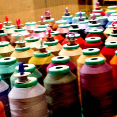 糸/縫製/色々な色の糸 これは、何かわかりますか? 縫製の糸です…