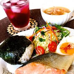 もち麦入りお握り/焼魚(鮭)/お豆腐とミョウガの味噌汁/目玉焼き/生野菜/自家製紫蘇ジュース/... 遅めの昼ごはんです。  蒸し蒸し、雨もチ…