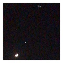 夜空/月/星/飛行機/一直線 昨日の夜ベランダで、 何げ無く見上げたら…