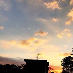 空/夕焼け/夕暮れ/部屋から見える夕焼け/暮らし 夕焼け空 1日が早い! もう日が沈みまし…