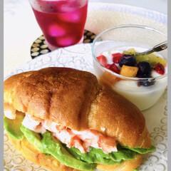 お家ごはん/昼ごはん/サンドイッチ/海老、アボカドサンド/紫蘇ジュース/ヨーグルト お家ランチ🍴  海老とアボカドサンド 火…