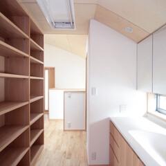 廊下/収納/洗面コーナー/子供室/共用/棚/... 西荻の家-洗面コーナーと図書・雑品棚 (…