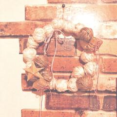 グルーガン使用/レース糸/ラッピング素材/捨てる前に/異素材ミックス/クリスマスリース手作り/... 太めのワイヤーでリース台を作って飾りを付…