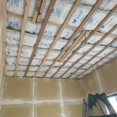 光熱費節約?/グラスウール/断熱材/DIY/リフォーム 天井にグラスウール&調湿シートを バフバ…