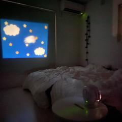 白黒インテリア/モノトーンハウス/モノトーンインテリア/ホワイトインテリア/プロジェクター/ベッドルーム/... 寝室pic📷 夜はプロジェクターを カー…