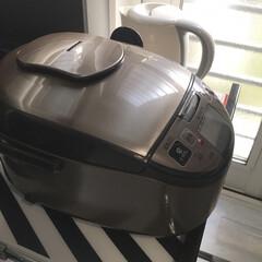 電気ケトル IKE−100−WPG | アイリスオーヤマ(掃除機)を使ったクチコミ「炊飯器の下に、 IKEAのランチョンマッ…」