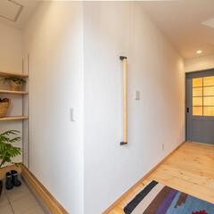 パーフェクトウォール/塗り壁/無垢フローリング/パイン 玄関は「パーフェクトウォール」の白色で広…
