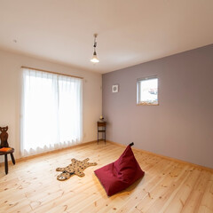 無垢フローリング/パイン/パーフェクトウォール/塗り壁 壁は「パーフェクトウォール」。一面のみ青…