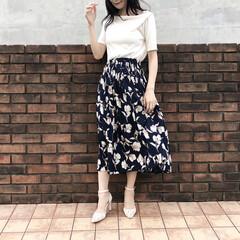 夏コーデ/コーデ/花柄/スカートコーデ/スカート/おしゃれ 本日のコーデ💐  白のボードネックトップ…