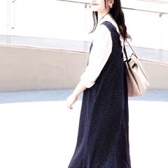 シャツ/春コーデ/コーデ/ジャンスカ/ワンピース/ファッション 白シャツ×ドット柄ジャンスカのレイヤード…