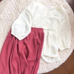 夏コーデ/スカート/ブラウス/ファッション/おしゃれ/夏ファッション 本日のコーディネート🌿  白のペプラムブ…