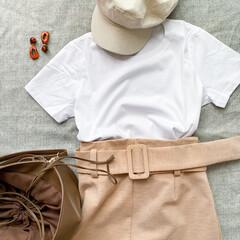 Tシャツコーデ/Tシャツ/ファッション/コーディネート/コーデ/おしゃれ/... 白Tコーデ🌿 ベージュのタイトスカートを…