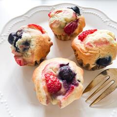 マフィン/いちごスイーツ/おうちカフェごっこ/おうちカフェ/いちご/手作りお菓子 おやつにいちごとブルーベリーのマフィンを…