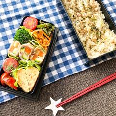 お昼ごはん/旦那弁当/おべんとう/お弁当/キッチン雑貨/ランチ/... 本日のお弁当🍽 . ◯ズッキーニ &に…(1枚目)