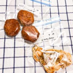 作り置きおかず/冷凍作り置き/了解/チキン/ハンバーグ/冷凍/... 今日も冷凍ストックを追加🍳  煮込みハン…