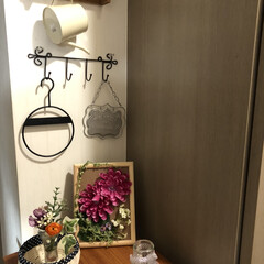 エコクラフト/手作り雑貨/玄関/ジェルフラワー/ハーバリウム 我が家の玄関   棚の上は作品飾り棚❓🤣…