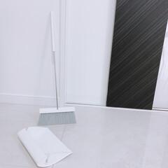 楽天room/モノトーン雑貨/ほうきとちりとり/tidy/コンパクト/スリム/... ホウキの柄をカチッとすると 普通の形にな…