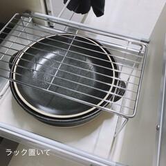 ル・クルーゼ 鋳物 ホーロー 鍋 ココット・ロンド 24 cm ホワイト ガス IH オーブン 対応   Le Creuset(両手鍋)を使ったクチコミ「⚪️ガスコンロ斜め下収納⚪️ この引き出…」(3枚目)