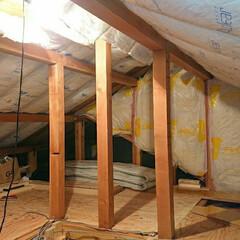 屋根裏部屋/屋根裏/小屋裏/小屋裏部屋/小屋裏収納/DIY/... 小屋裏収納diyしてます。 換気扇経路を…