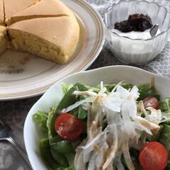 ヨーグルト/新玉ねぎ/スナップエンドウ/レタス/サラダ/ホットケーキ お家で、ひとりランチ🍽 ホットケーキミッ…