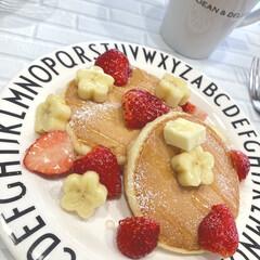 デザインレターズ メラミン ディナープレート スモール 20cm/DESIGN LETTERS(ベビー食器)を使ったクチコミ「今朝はホットケーキ。バナナをお花型にくり…」