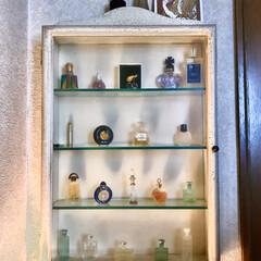 飾り棚/香水瓶/アンティーク風/トイレ/暮らし 昔懐かしいミニ香水瓶をちびちび 集めて飾…