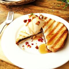 パニーニ/スライス生チョコレート/バニラアイス/キャラメルナッツ おやつに、スライス生チョコレートを食パン…