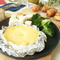 おうちごはん/チーズフォンデュ/カマンベールチーズ カマンベールチーズの上部を切り取ってレン…