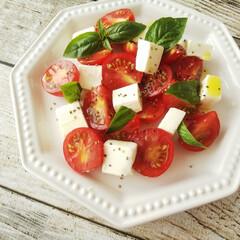 kiri キリ クリームチーズ 6ピース 108g(チーズ)を使ったクチコミ「庭の元気なバジルでサラダを作りました。 …」(1枚目)