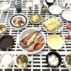 イッタラ/マリメッコ/お昼ごはん/休日ごはん/和食/おうちごはん 今日のお昼ごはん ほっけと鮭、サラダにお…
